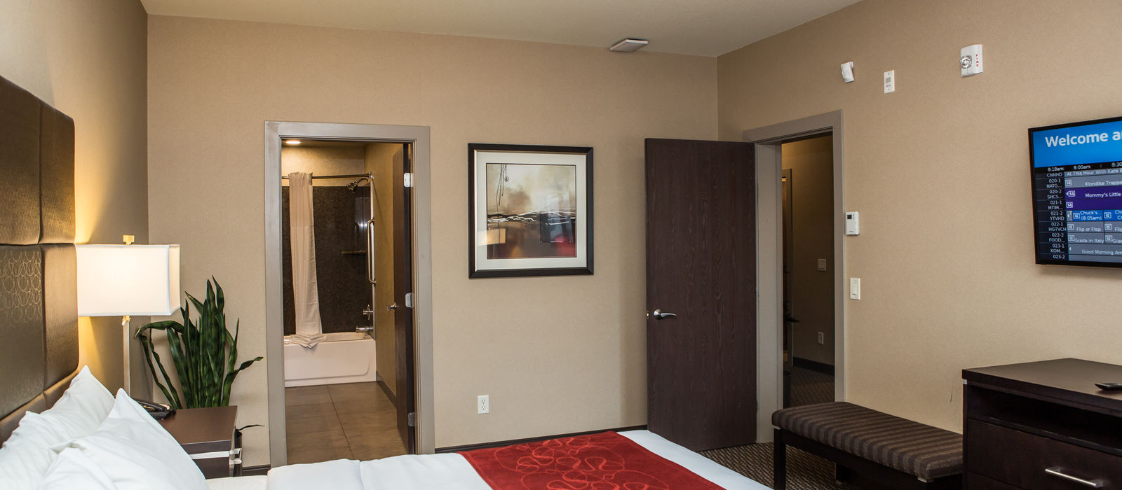 superior family suite king side of room SNKQComfortInnKelowna-5999.jpg